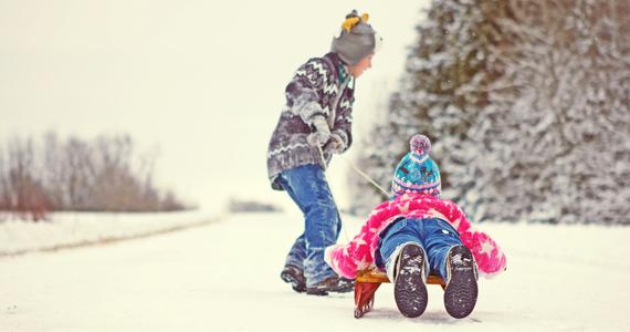 enfants jouant dans la neige